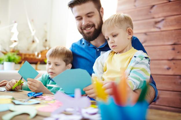 Cum îți înveți copilul să taie cu foarfeca