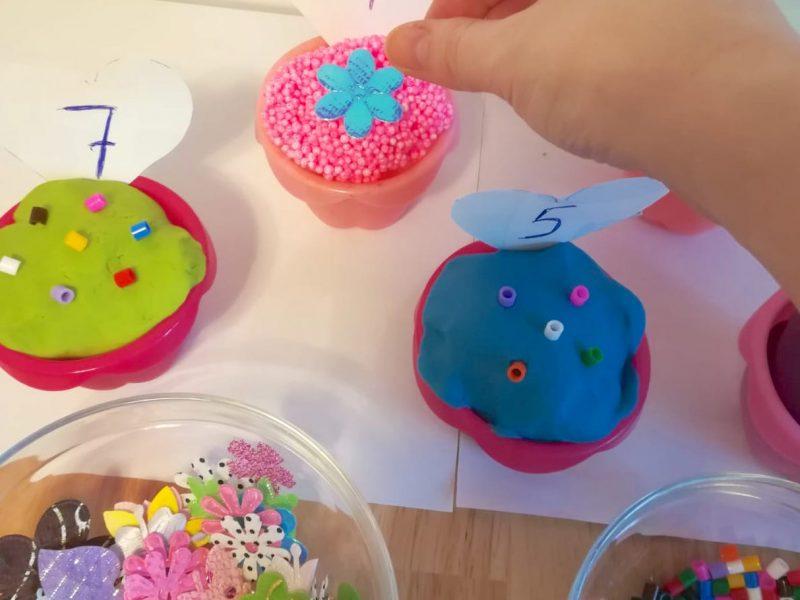 Învățăm să numărăm: decorăm briose(3+)