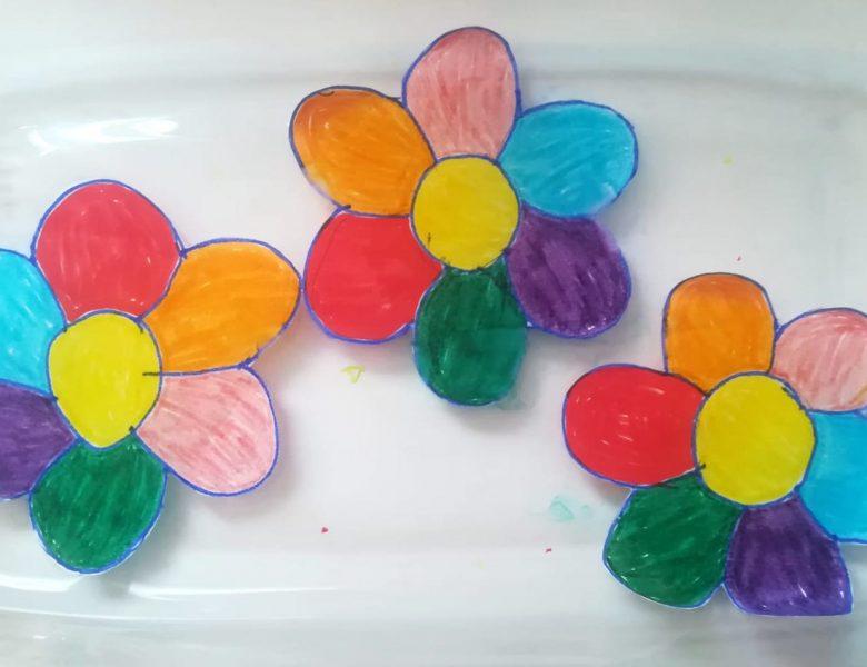 Flori din hârtie care se deschid în apă